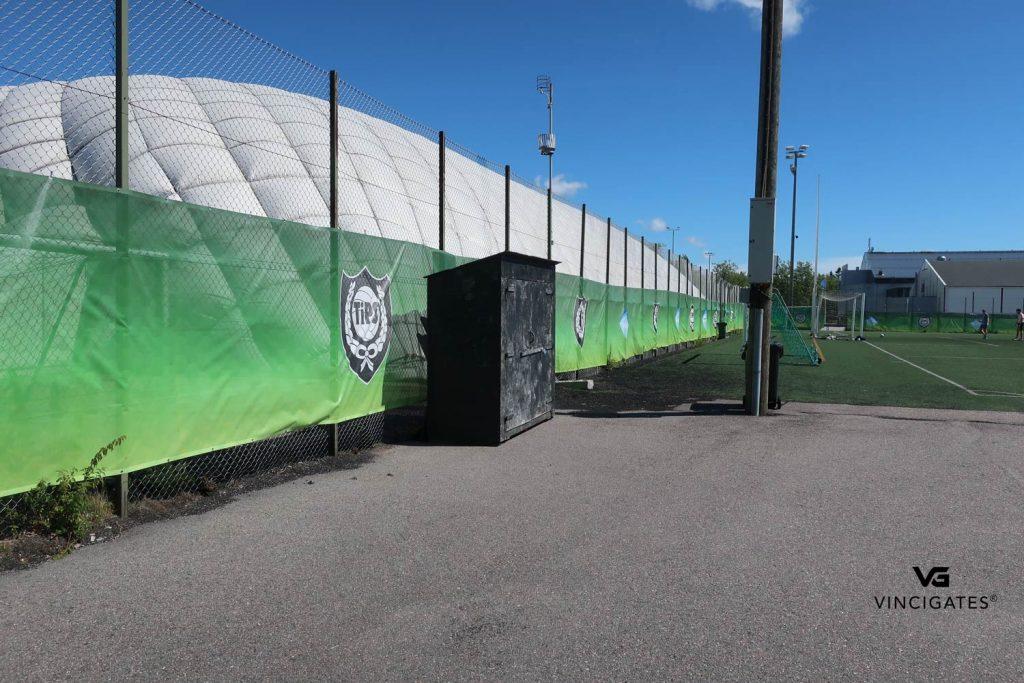 Näkösuoja printattuna jalkapallokentän ympärille